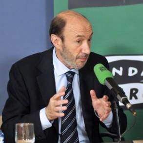 Rubalcaba pide la intervención del BCE para evitar que España acabe pagando la inestabilidad creada por Berlusconi en Italia